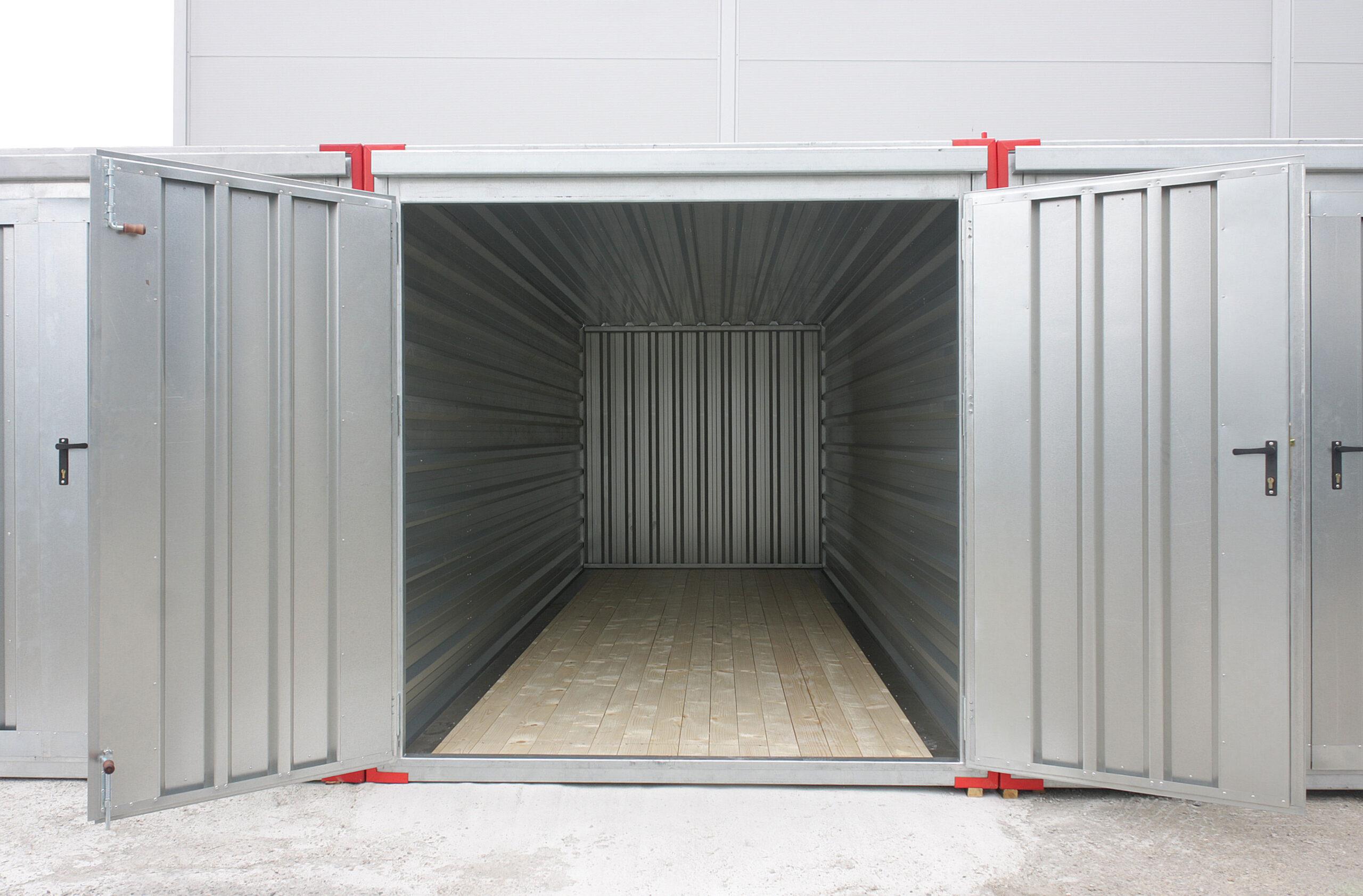 Otwarty i pusty magazyn kontenerowy