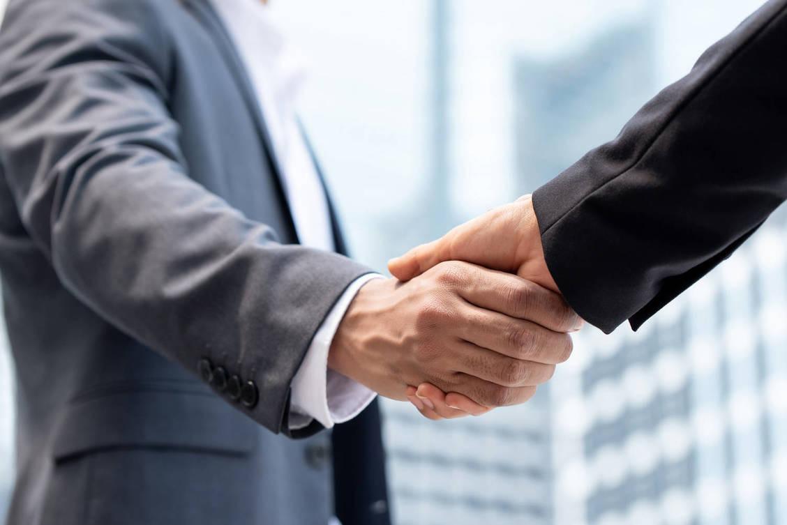 Uścisk dłoni symbolizujący zawarcie umowy
