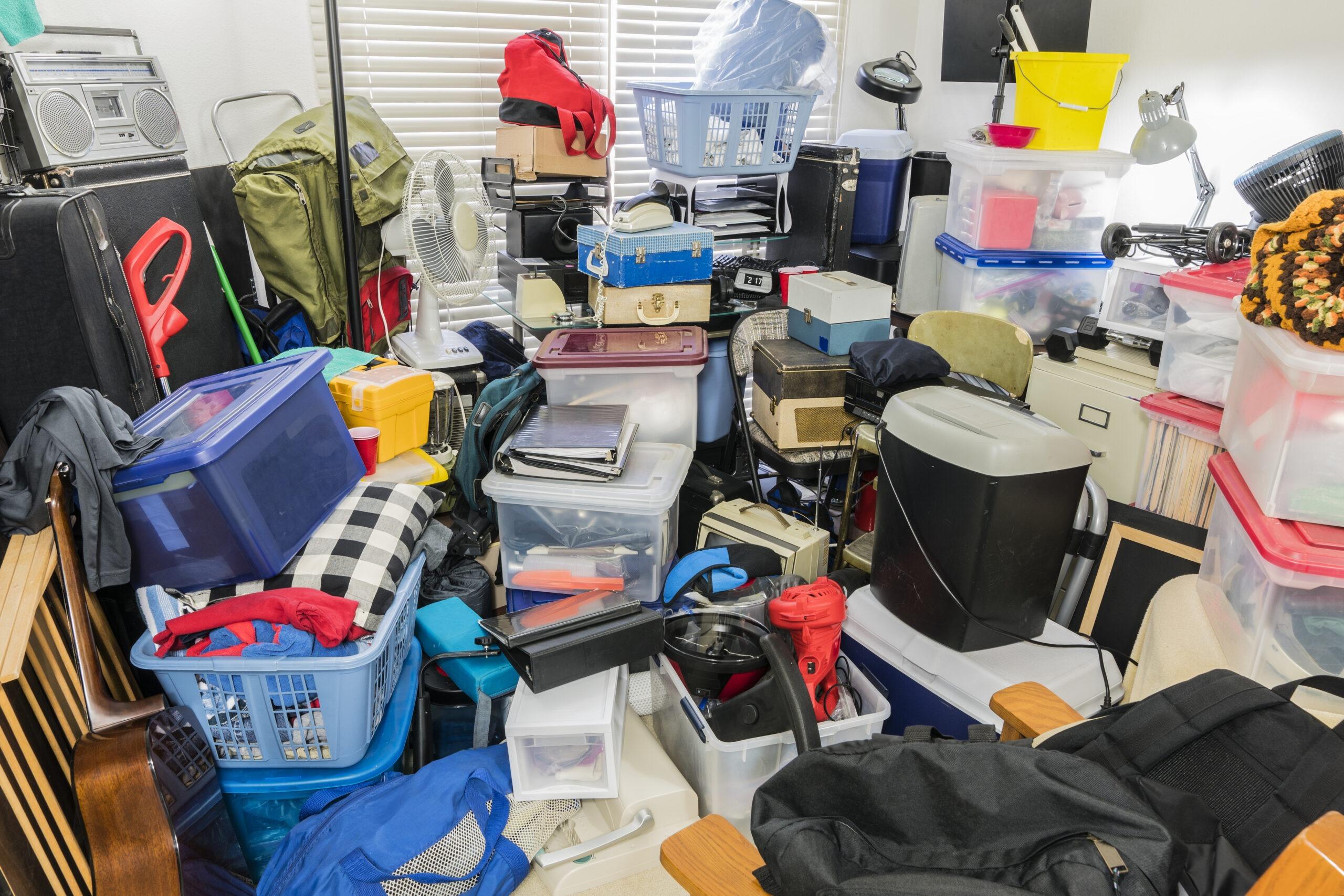 Pomieszczenie wypełnione pudłami, elektroniką oraz artykułami biurowymi