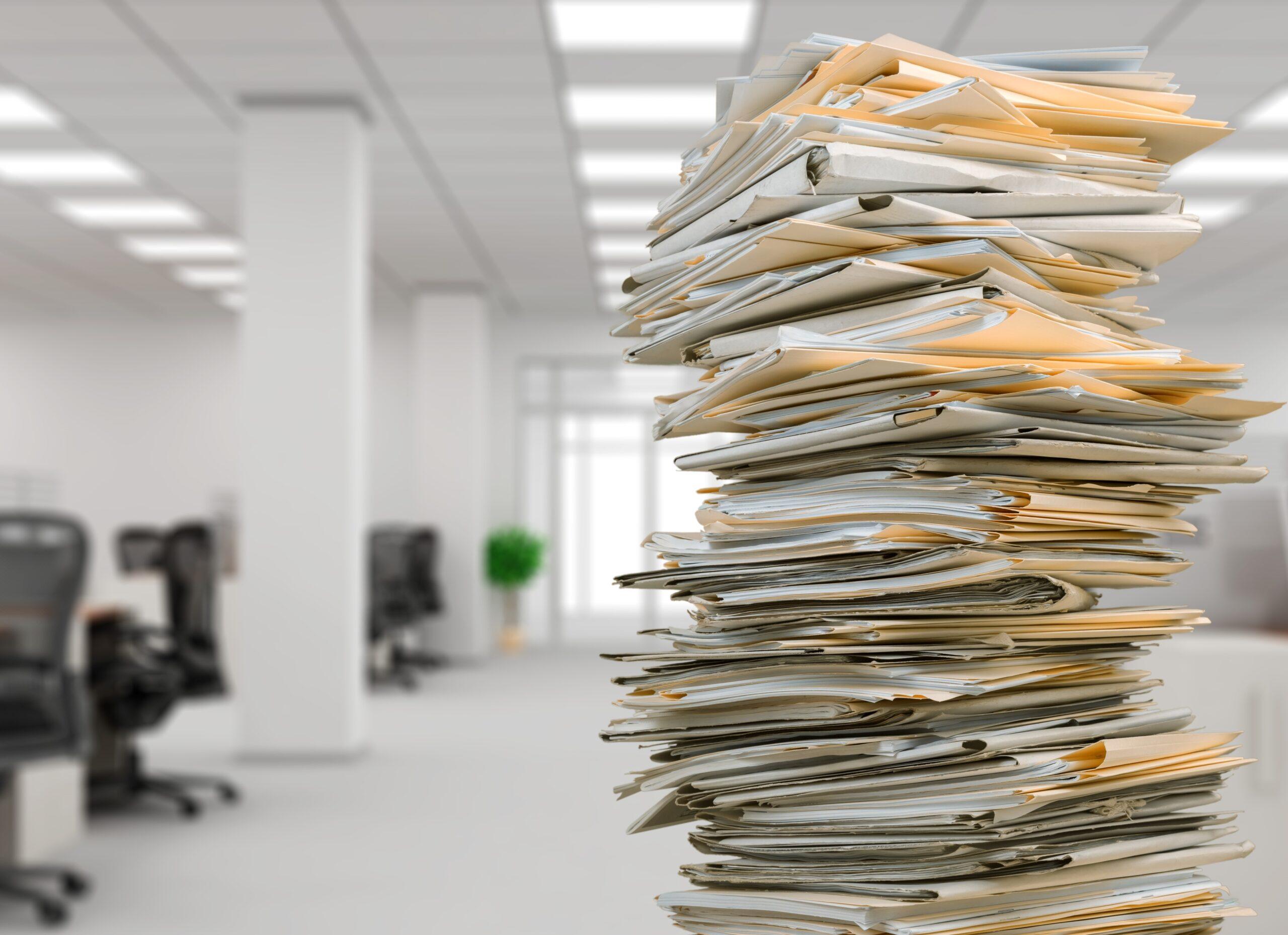 Stos nieuporządkowanych dokumentów