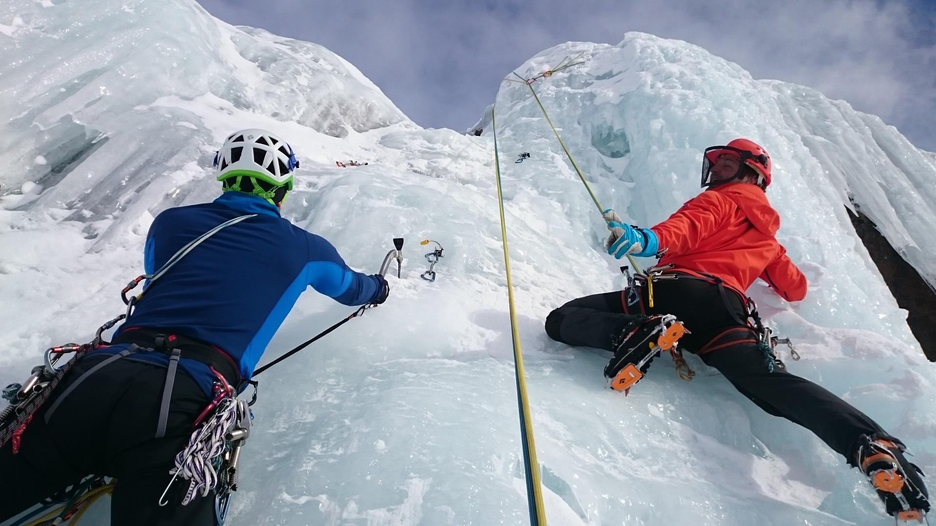 Dwóch mężczyzn podczas wspinaczki górskiej