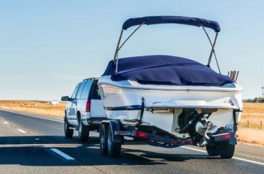 Motorówka transportowana na przyczepce