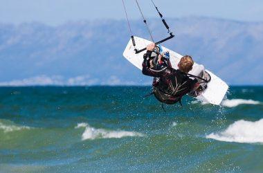 Mężczyzna uprawiający kitesurfing