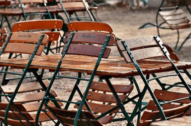 Krzesła i stoły pełniące rolę ogródka piwnego w restauracji